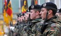 Thiếu thốn trang thiết bị, lính Đức dùng cán chổi thay súng khi diễn tập