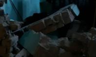 Ô tô tông đổ tường nhà dân trong đêm