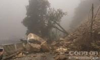 Hàng trăm khối đất đá sạt xuống đường, QL8A tê liệt