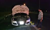 Siêu xe Audi 2 cửa phát hỏa trên đường cao tốc