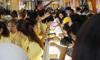 Chen lấn trong nắng nóng để mua vàng ngày vía Thần Tài ở Sài Gòn