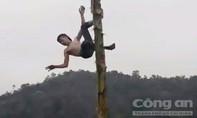 Thanh niên trèo cây chuối trong lễ hội ngã chấn thương nặng