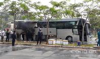 Xe khách chở hơn chục người bốc cháy ở Sài Gòn