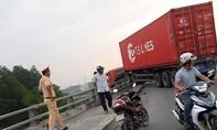 Xe Container nằm vắt vẻo trên thành cầu