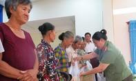 """Chương trình """"Nghĩa tình biên giới"""" tặng 300 phần quà cho bà con nghèo Long An"""