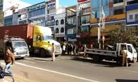 Nữ công nhân quét đường bị xe container tông nguy kịch
