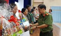 Tặng quà Tết cho các hộ nghèo quận 8