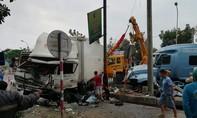 Hai ôtô nát đầu trên quốc lộ sau tiếng nổ lớn