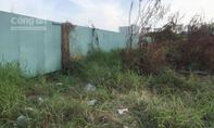 Xác người chết khô dưới lớp cỏ trong bãi đất trống