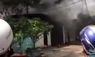 Đang cháy lớn ở xưởng giày trong khu dân cư