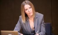 Nữ ứng viên tổng thống Nga tạt nước vào mặt đối thủ