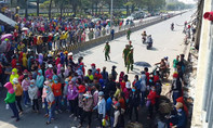 Công nhân tụ tập phản đối cách tính lương, quốc lộ 1K 'tê liệt'