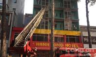 Cảnh sát PCCC TP.HCM đang cứu người kẹt trong đám cháy khách sạn