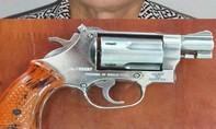 Chủ hãng nước đá được cấp... 4 khẩu súng