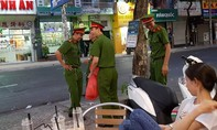 Cảnh sát ở TP.HCM nhặt rác sau lễ hội Tết Nguyên tiêu