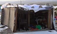 Cặp vợ chồng bị bắt vì để ba con sống trong hộp gỗ ở bãi rác