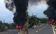 Xe khách chở 23 người cháy rụi trên đường