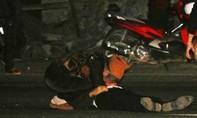 Người vợ gào khóc bên thi thể chồng bị xe đầu kéo tông