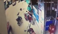 Thanh niên dí dao cướp điện thoại giữa ban ngày