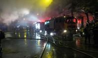Hỏa hoạn lớn, dân hiếu kỳ vây quanh đám cháy