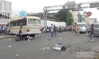 """Xe khách """"lùa"""" 2 xe máy ở Sài Gòn, 4 người bị thương"""