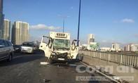 Xe tải tông nhau trên cầu Sài Gòn, tài xế kẹt trong cabin