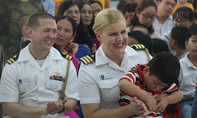 Hình ảnh Hải quân Mỹ thăm trẻ em làng SOS