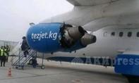 Máy bay hạ cánh khẩn cấp vì động cơ gần đứt lìa