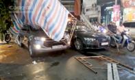 Giàn giáo đổ đè 2 ô tô dừng đèn đỏ ở trung tâm Sài Gòn