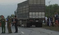Xe máy va chạm xe tải, 2 người tử vong