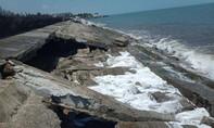 Sóng đánh sập bờ kè chắn sóng biển Cửa Đại