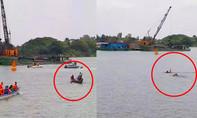 Dân ôm cây chuối bơi ra sông Hậu 'đấu' xáng cạp múc cát