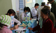 Bác sĩ Sài Gòn vượt núi khám bệnh cho đồng bào dân tộc