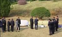 Ông Moon và ông Kim cùng trồng cây lưu niệm, vun đắp tương lai