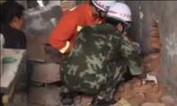 Lính cứu hỏa giải cứu bé trai 3 tuổi kẹt giữa 2 bức tường