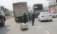 Xe tải chở heo kéo lê người đàn ông trên đường
