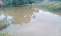Thấy quần áo trên bờ, người dân xuống hồ phát hiện thi thể 2 học sinh