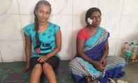 Hai mẹ con người Ấn Độ 'tay không' đánh hổ dữ