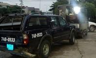 Xe chở gỗ lậu lao thẳng vào xe kiểm lâm đang chốt chặn