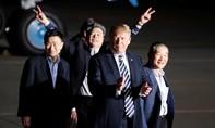 Tổng thống Trump ra sân bay đón 3 tù nhân từ Triều Tiên trở về