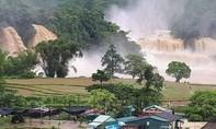 Lũ lớn cuồn cuộn đổ vào thác đẹp nhất Việt Nam, 50 khách mắc kẹt