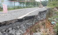 Đường nứt toác, sụt lún sau mưa, uy hiếp an toàn giao thông