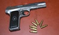 Kẻ mang súng đi đánh ghen tông xe vào cảnh sát khi bị truy đuổi