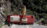 Xe khách đâm vào vách núi, 2 người chết, 21 người bị thương