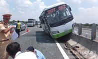 Container 'ép' xe khách leo dải phân cách trên cao tốc
