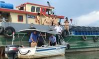 Sà lan chở gần 100 tấn vôi chìm ở Sài Gòn