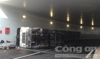 Xe container lật trong hầm chui mới khánh thành ở Sài Gòn