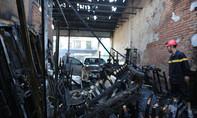 Dãy ki ốt  và ôtô trước cổng chợ bị thiêu rụi