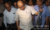 """Thủ tướng thăm miền Trung: """"Cá to, rất tươi và nhìn có vẻ rất ngon..."""""""