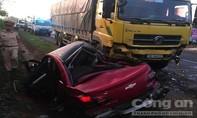 Xe 4 chỗ bẹp dúm sau cú tông của xe tải, 2 người thương vong